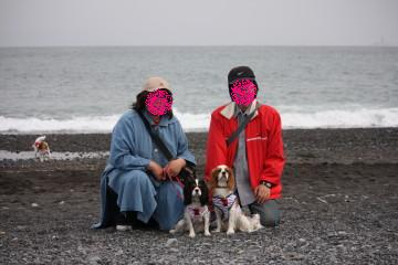 海をバックに家族写真