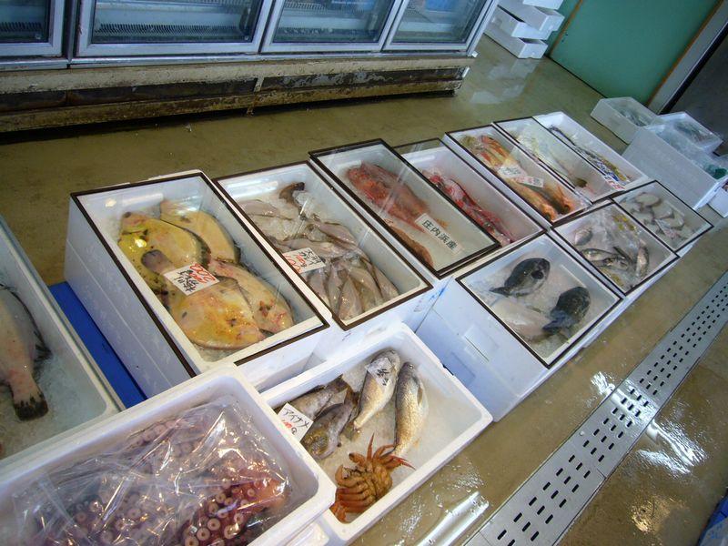 海鮮市場の1階は新鮮な魚介類も販売
