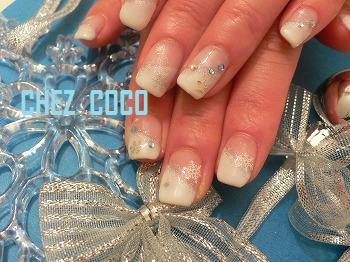 ホワイト斜めフレンチ+ラメ+雪結晶+メタルパーツ+スワロ