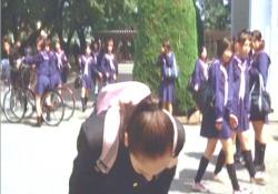 同じクラスの子に頭を下げる桃子