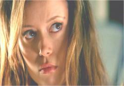 サラに見透かされて、睨むキャメロン