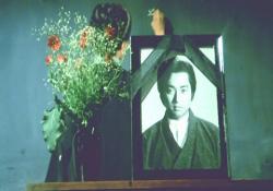 教室に飾られた小賀の遺影