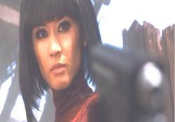 少女に銃を向けているマイ