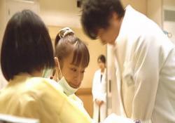 必死に心臓マッサージで蘇生している速水医師