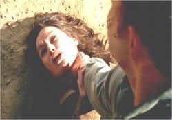 暗殺サイボーグに首を絞められているサラ・コナー