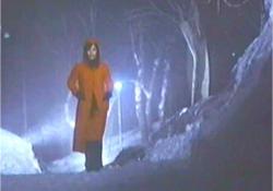 雪道を一人歩く純子