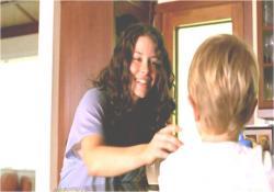 アーロンをあやす母親になっているケイト