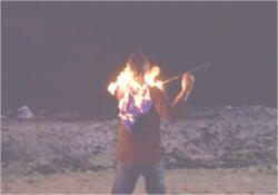 謎の火矢に当って燃える男