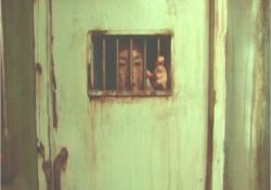 捕まって収監された男