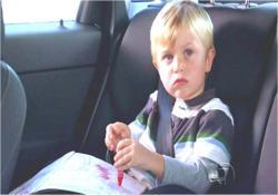 車の中で、お絵描きしているアーロン