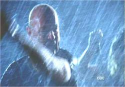 ロックたちを襲う突然の豪雨