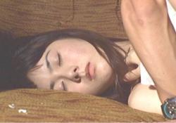 ヒロの横で眠っているカコ