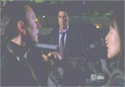 ベンの言葉を信じられず、銃を突きつけるサン
