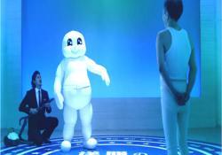 琢郎、ハンサムスーツを試着中。