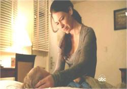 眠っているアーロンに別れを告げるケイト