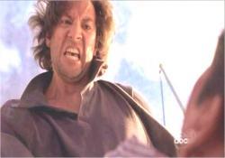 怒り狂ってベンを乱打するデズモンド