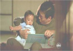 赤んぼうのマイルズをあやしているチャン博士