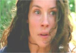 後ろからの銃声に驚くケイト