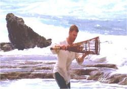 海で魚を採る男