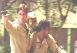 負傷したサイードを担ぎながら応戦するジャック