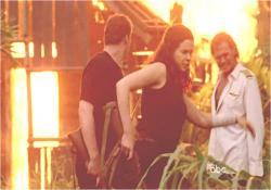 小屋を燃やして立ち去るイラーナ