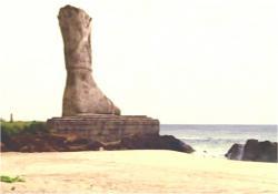 無残にも足だけ残された巨像