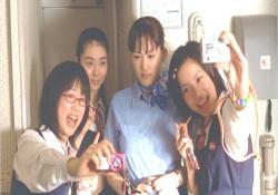 デジカメで、女子高生たちと記念撮影