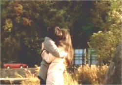倉田と抱き合う道子