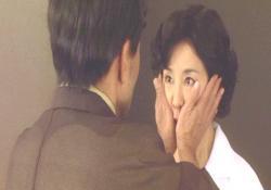 和子の顔を手で確かめる宮崎