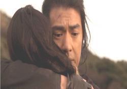 葉子を抱きしめる平吉