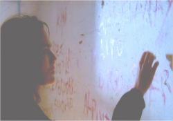 壁にある物を取ろうとするサラ