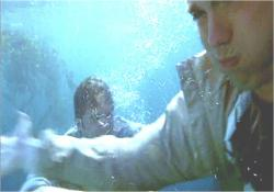 水中で、必死に逃げるジョン