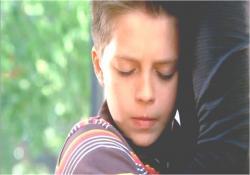 サラに抱きつく少年
