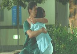 栄子を抱きしめる高山