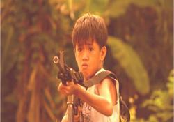 高山に本物の銃を向けている少年