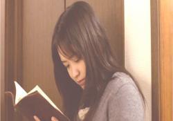 亡き父の遺品の手帳を見る麻美