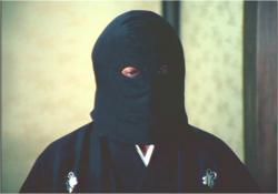 黒頭巾姿で出てきた佐清