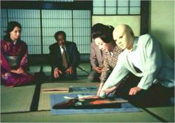佐清に手形を押させる松子夫人