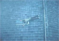 屋根に投げ出された佐智の遺体