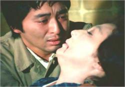 母を抱きないている佐清