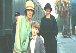 偽・息子と寄り添って記念撮影に応じるクリスティン