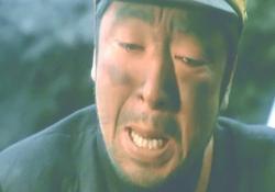 泣いている小賀中尉