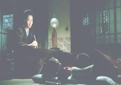 子供たちの寝顔を見ながら、小賀に手紙を書いている佐知