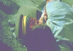 ロシア兵に首を噛みつかれている小賀