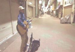 街頭でギターを弾くゲンヂ