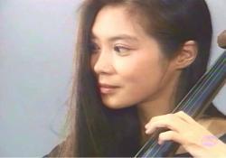 コンサートでチェロを弾いている薫