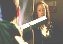 殺人マシーンと格闘するキャメロン