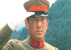 溝口二等兵の姉に敬礼する宮城大尉
