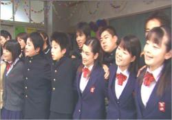 同期生たちと肩を組んで、当時の金八先生の主題歌を歌っている平愛梨