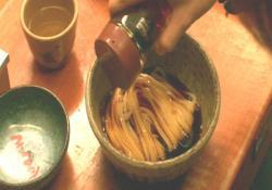 醬油を並々とつゆのように、どっぷりかけて